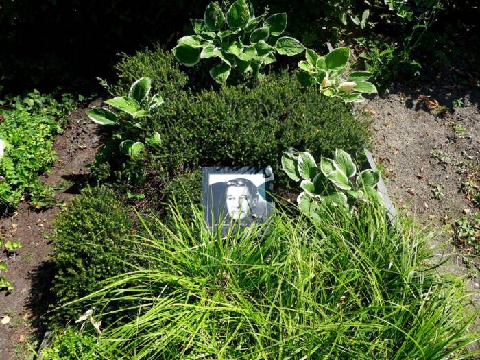 The urn with the ashes of Helmut Newton is buried in the Stubenrauchstrasse cemetery in Berlin-Schöneberg